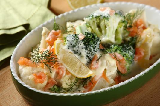 Kremowe brokuły z kalafiorem i wędzonym łososiem