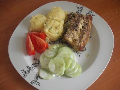 Klops mięsny ze szpinakiem, pieczarkami i serem