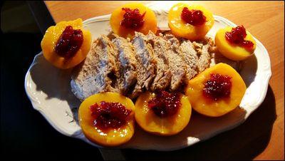 Schab pieczony w mleku i czosnku z brzoskwiniami i żurawiną ...
