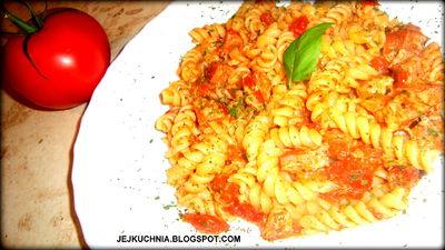 Makaron z kiełbasą w sosie pomidorowo