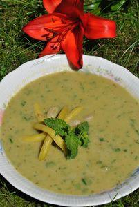 Zupa z bobu aromatyzowana miętą
