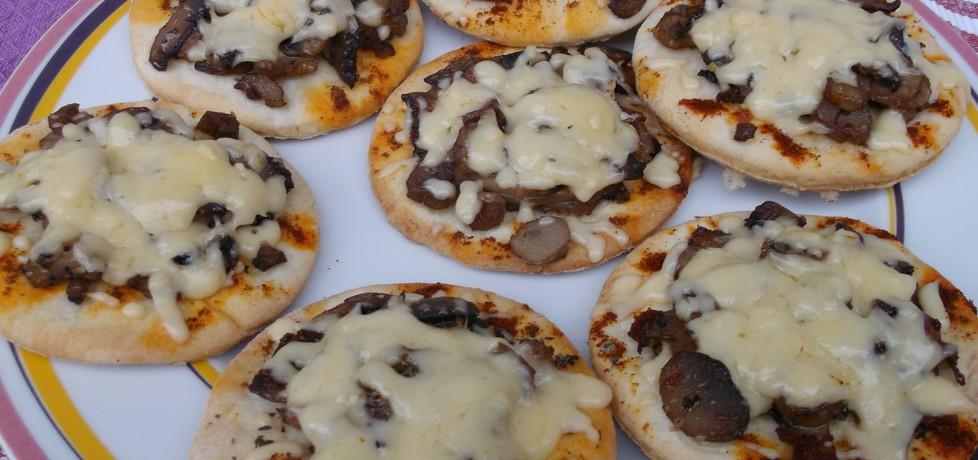 Mini pizze z pieczarkami. (autor: babeczka35)