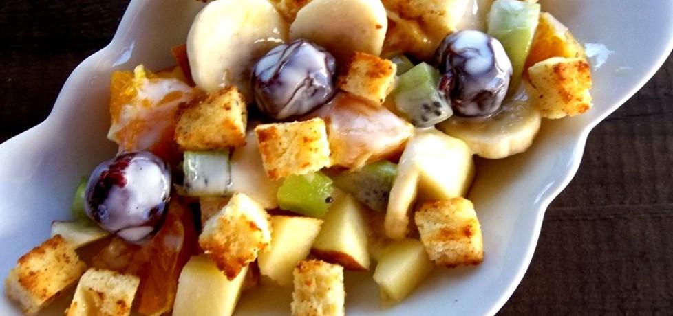 Sałatka owocowa z sosem ajerkoniakowym i słodkimi grzankami ...
