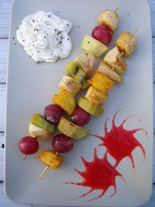 Szaszłyki z glazurowanych owoców z musem truskawkowym ...
