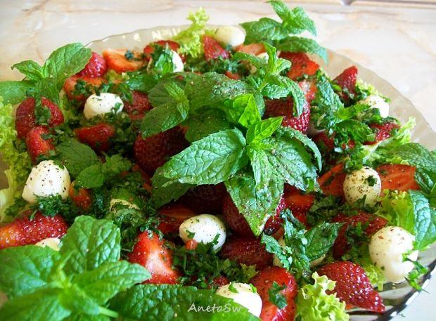 Przepis  pikantna sałatka z truskawkami przepis
