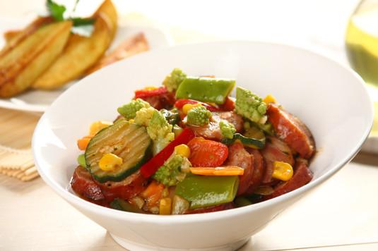Smażone warzywa z kiełbasą