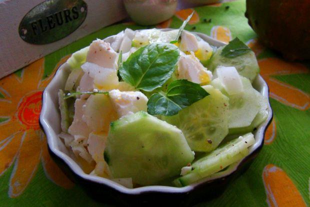 Przepis  sałatka z zielonego ogórka i sera feta przepis