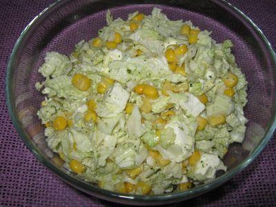 Sałatka z kapusty pekińskiej,kukurydzy i sera feta.