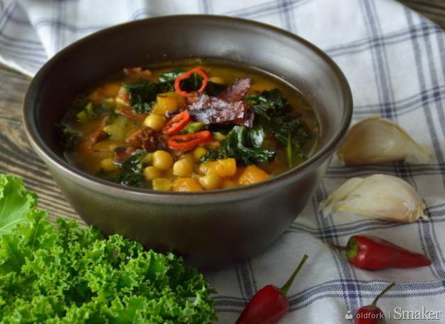 Jesienna zupa z jarmużem, chorizo i ciecierzycą