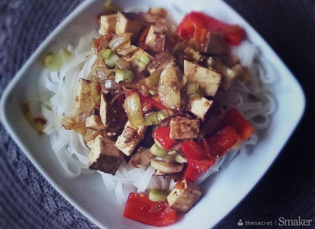Tofu z makaronem ryżowym w sosie czosnkowo