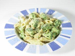 Makaron z indykiem, brokułami i suszonymi pomidorami