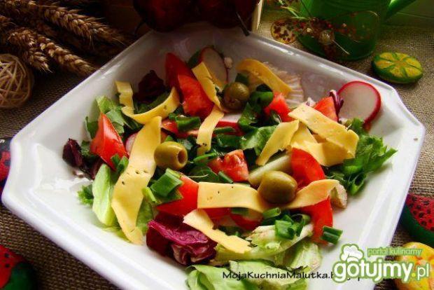 Przepis  mix sałat z serem żółtym i oliwkami przepis