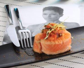 Steki z łososia z soczystą salsą z papaji