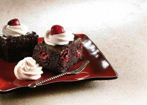 Ciasto czekoladowe z wiśniami i ganaszem czekoladowym