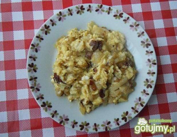 Przepis  jajecznica z cebulą i boczkiem przepis