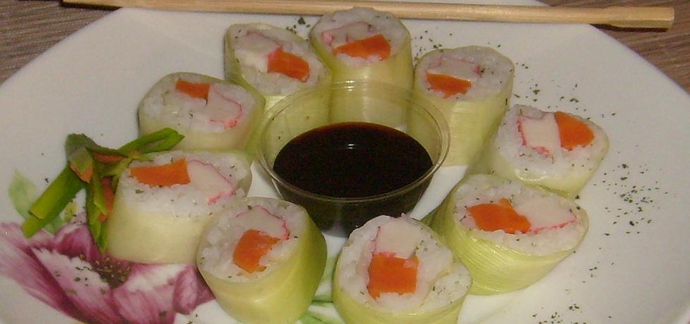 Sushi z paluszkami surimi zawijane w liście pora (autor ...