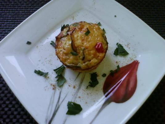 Muffinki bez mąki z sezonowymi warzywami, kaszą jaglana i filetem ...