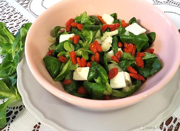 Surówka z roszponką i jagodami goji
