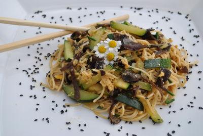 Smażony makaron z jajkiem i grzybami mun (na chiński styl ...