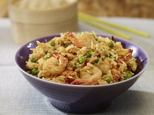 Smażony ryż z krewetkami i zielonym groszkiem
