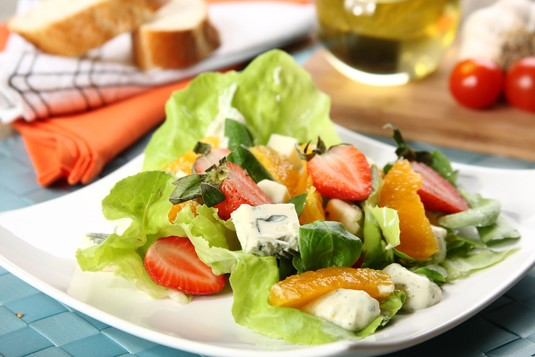 Truskawkowa sałatka z serem pleśniowym