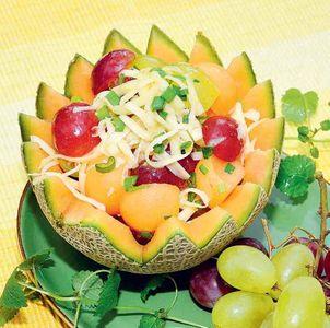 Z melonem i winogronami