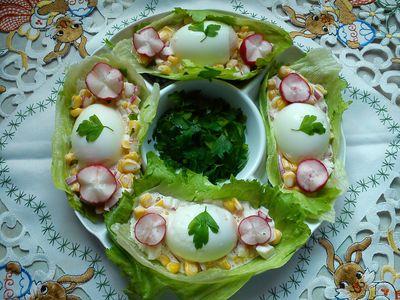 Jajka z sałatką na liściach sałaty