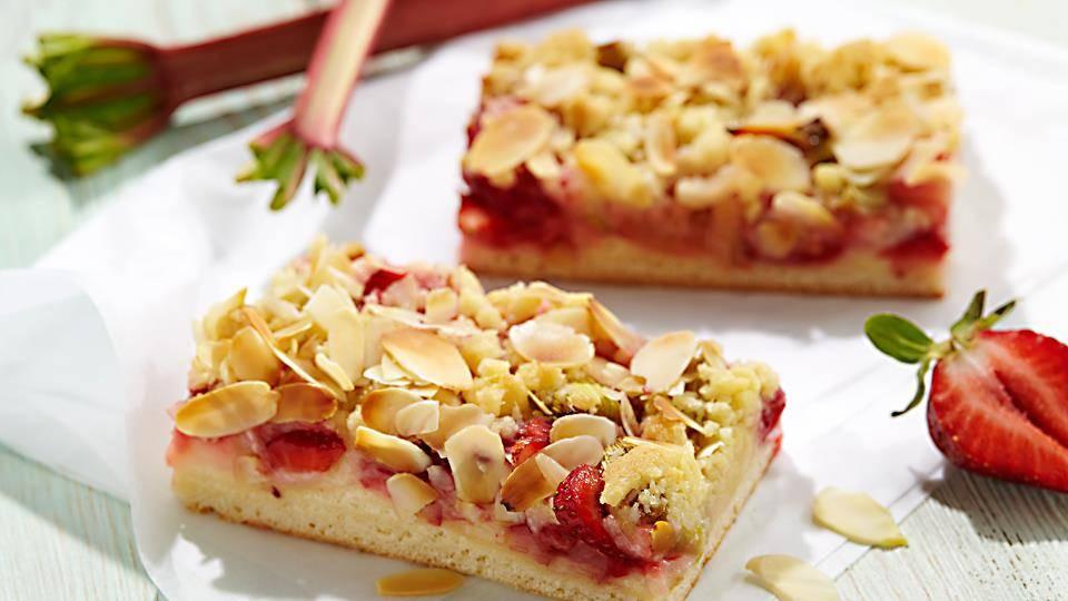 Przepis na ciasto drożdżowe z truskawkami i rabarbarem