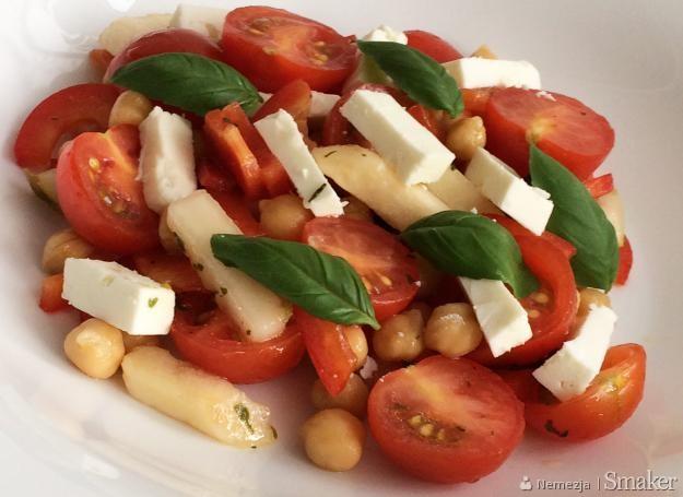 Sałatka z ciecierzycy, pomidorków, gruszki i sera feta