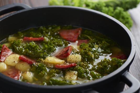 Zielona zupa z hiszpańską kiełbasą  caldo verde z chorizo ...