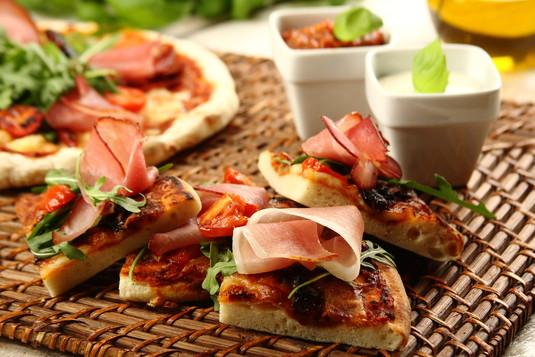 Pizza z suszonymi pomidorami, szynką parmeńską i rukolą ...