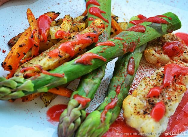 Pieczony dorsz z młodą marchewką, szparagami i sosem ...