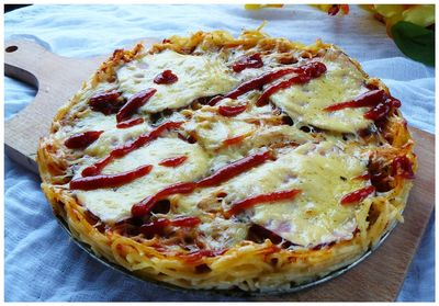 makaronowa pizza z szynką i ciągnącym serem