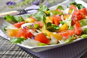 Sałatka z brzoskwiniami i kozim serem