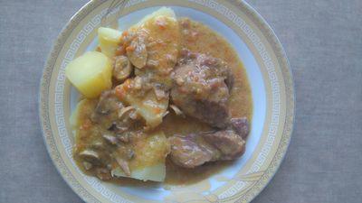 Mięso gulaszowe z indyka w sosie smietanowo
