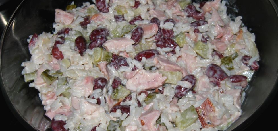 Sałatka ryżowa z wędzonym kurczakiem, ananasem, fasolą i ogórkiem