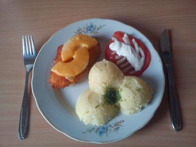 Panierowana pierś kurczaka z żółtym serem i ananasem ...