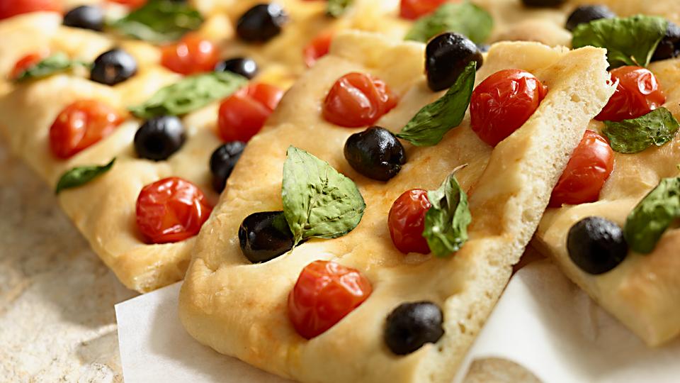 Przepis na focaccię z oliwkami, pomidorami i bazylią