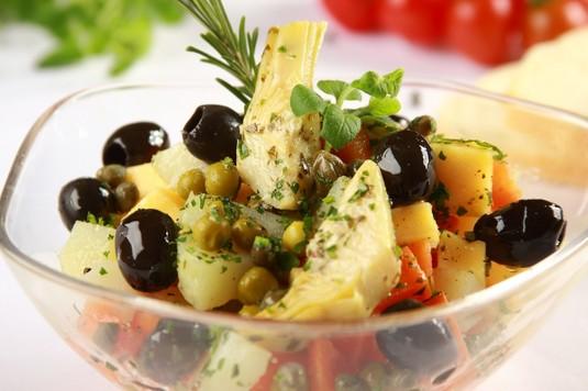 Sałatka jarzynowa z czarnymi oliwkami
