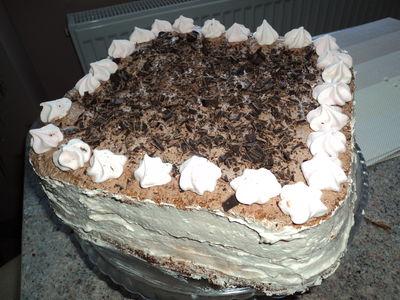 Tort z chałwą i bezami