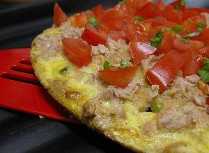 Omlet z groszkiem i tuńczykiem  prosty przepis i składniki