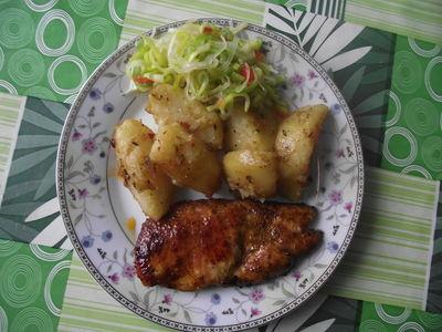 Grillowany kurczak z pieczonymi ziemniakami i surówką z pora ...