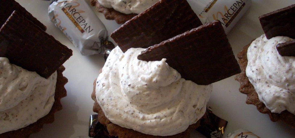 Babeczki czekoladowe z kremem marcepanowym i płatkami ...