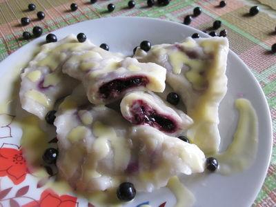 Pierogi z jagodami i sosem waniliowym