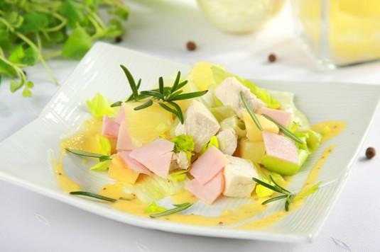 Sałatka z kurczaka, ananasa i szynki