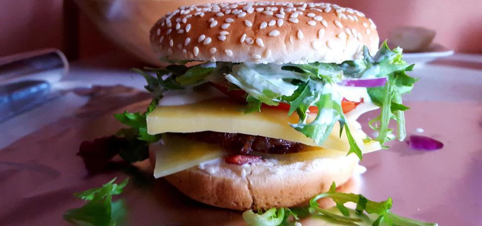 Pikatny hamburger z papryką jalapeno, serem gouda i rukolą (autor ...