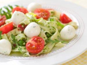 Makaron tagliatelle z pesto, pomidorkami cherry, rukolą i mozzarellą ...