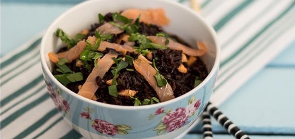 Na szybki obiad poleca się czarny ryż z łososiem (autor ...