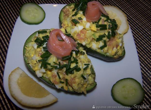 Sałatka z awokado, jajkiem i wędzonym łososiem
