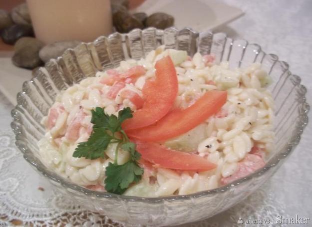 Salatka makaronowa z pomidorami i swiezym ogorkiem